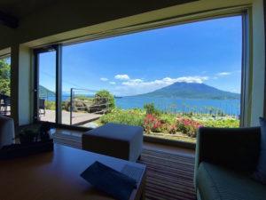 絵画のような桜島を眺めるカフェ